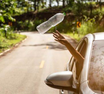 Abfall aus Autofenster