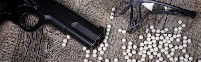 Airsoft Ausrüstung: Waffe, Schutzbrille und Softair Munitions Kugeln (BBs)