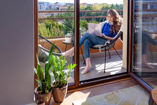 Auf dem Balkon arbeiten