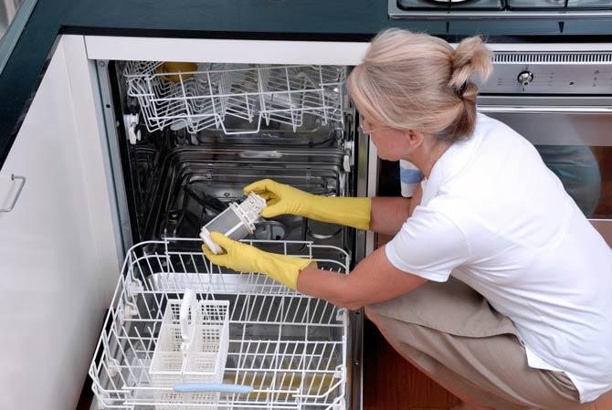 Auffangsieb der Spülmaschine reinigen