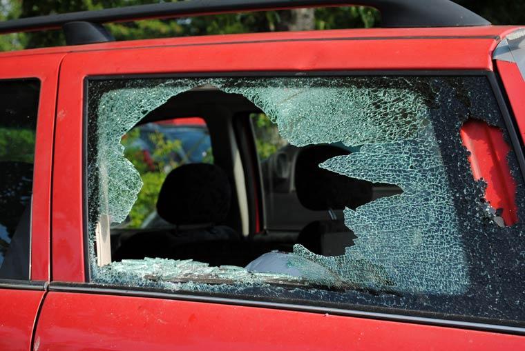 Autoscheibe einschlagen