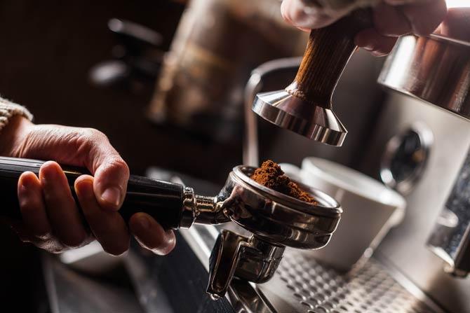 Barista bereitet perfekten Espresso zu