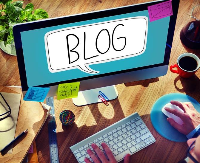Blogger vor seinem Blog