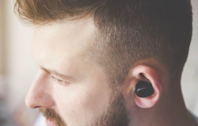 Bluetooth Stecker im Ohr