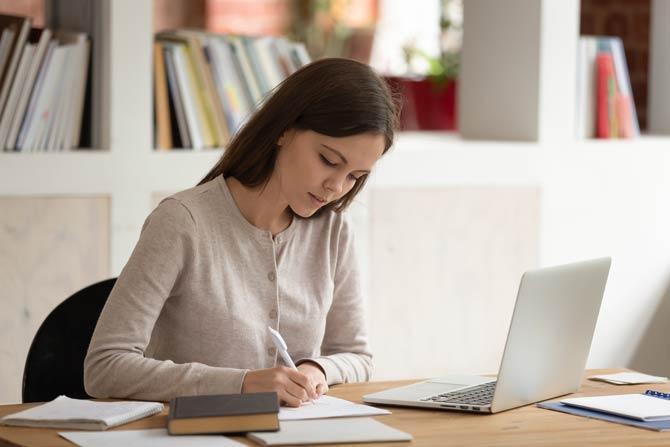 Gerade sitzen und mit der schwachen Hand schreiben
