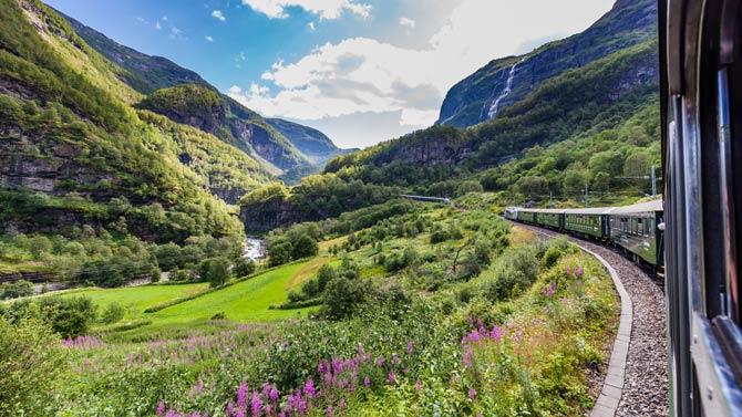 Im Zug können Sie die wunderschöne Landschaft genießen