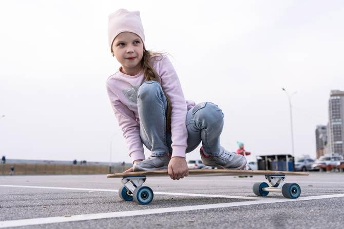 Kind auf Longboard