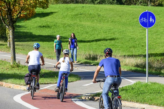 Kinder auf Fahrradweg