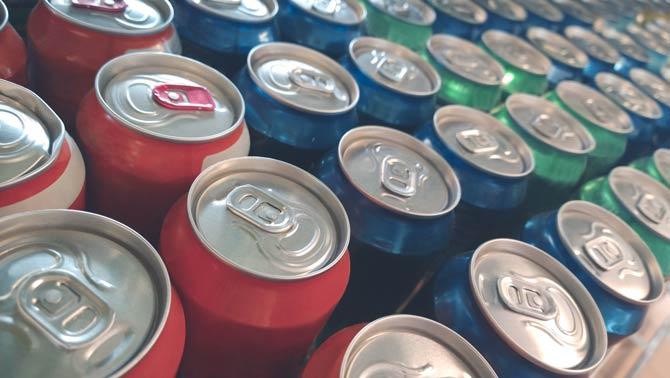 Koffein und zuckerhaltige Getränke meiden