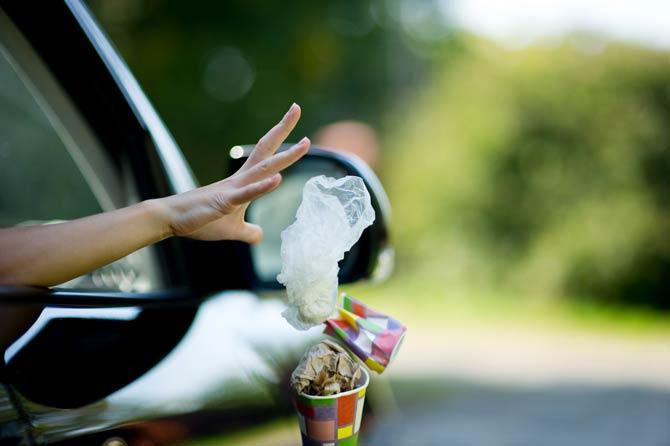 Müll aus Auto werfen