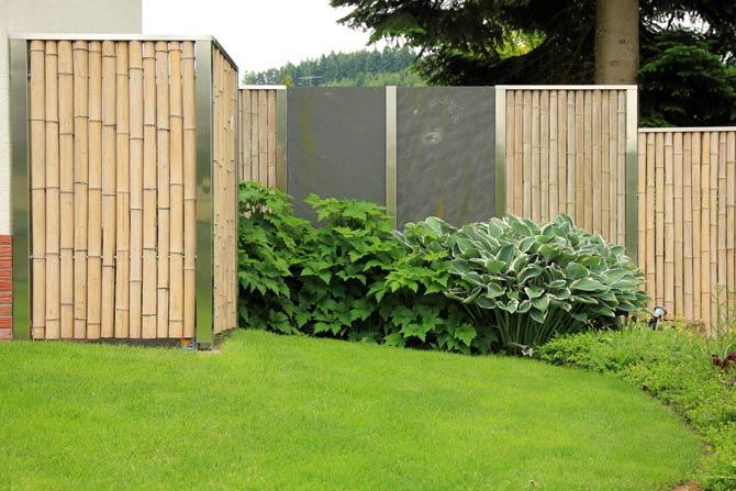 Sichtschutzzaun aus Bambusstangen