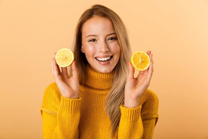 Sonnengebleichtes Haar durch Zitronensaft