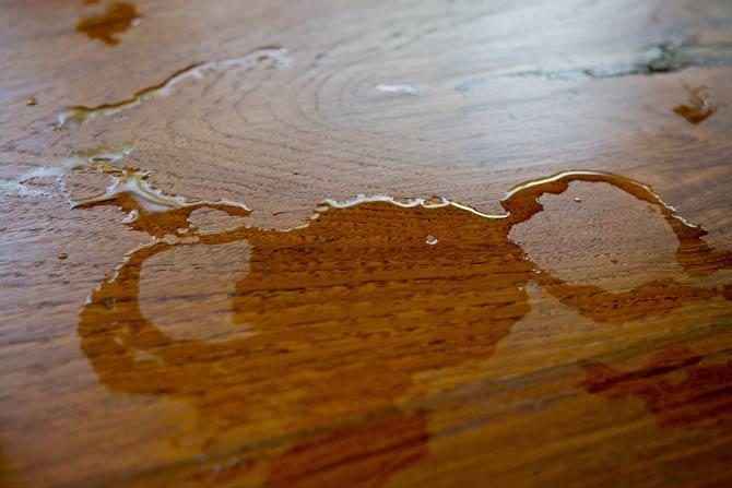 Wasserflecken im Holz